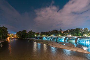 München Isar bei Nacht