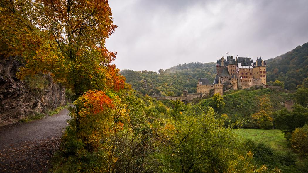 Burg Eltz Wanderweg Felswand Rheinland Pfalz Eltzer Wald